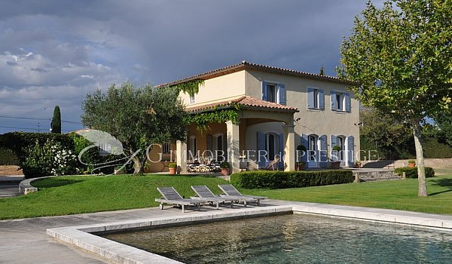 Vaucluse une villa de charme locations saisonni res for Location immobilier prestige