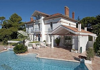 [G. Immobilier de Prestige] BETWEEN CANNES AND SAINTE-MAXIME - WALKING DISTANCE FROM THE CITY CENTRE AND SEA