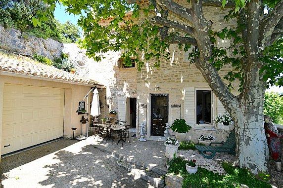 [G. Immobilier de Prestige] Maison de village avec terrasse panoramique et cour
