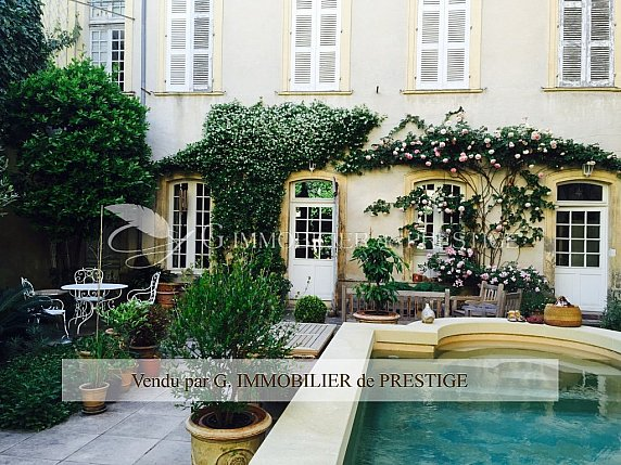 [G. Immobilier de Prestige] Bel hôtel particulier avec bassin et jardin