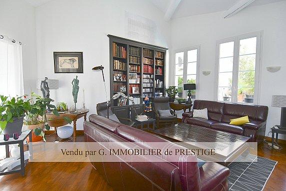 [G. Immobilier de Prestige] EXCLUSIVITE Une belle demeure de ville avec petite piscine