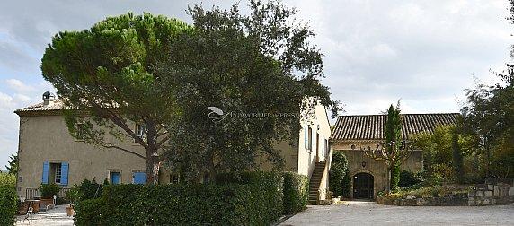 [G. Immobilier de Prestige] Mas du 14 ème siècle entièrement rénove sur un hectare d'arbres centenaires