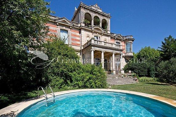 [G. Immobilier de Prestige] Bel appartement en rez de château avec jardin, piscine et vue
